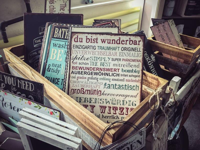 Grosse Auswahl an Spruchschildern